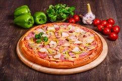 Pizza con bacon, il prosciutto, il pollo ed i funghi prataioli fotografia stock libera da diritti