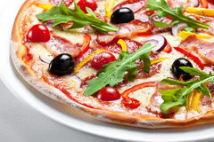 Pizza con bacon, olive e peperone su un piatto bianco Fotografia Stock Libera da Diritti