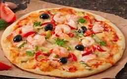 Pizza con el camarón, los salmones y las aceitunas Fotografía de archivo