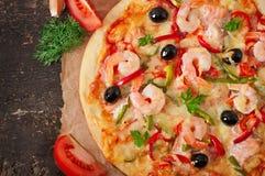 Pizza con el camarón, los salmones y las aceitunas Imagen de archivo libre de regalías