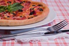 Pizza con el jamón. Imagenes de archivo