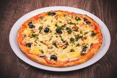 Pizza con el jamón en la placa blanca Imagen de archivo libre de regalías
