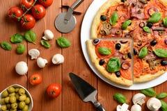 Pizza con el jamón, las aceitunas y las setas Imagen de archivo