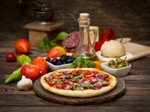Pizza con el jamón, las setas y el queso Foto de archivo libre de regalías