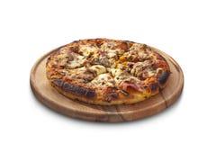Pizza con el jamón, las setas y el queso en el tablero de tiza Fotos de archivo libres de regalías