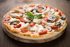 Pizza con el pollo, el tomate y las setas Imagen de archivo libre de regalías