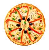 Pizza con el pollo, la pimienta y aceitunas Fotografía de archivo