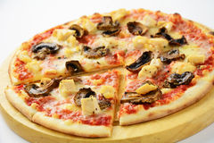 Pizza con el pollo, las setas y el queso Imágenes de archivo libres de regalías