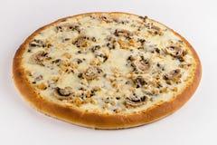 Pizza con el pollo, las setas y el queso en un fondo blanco imagen de archivo