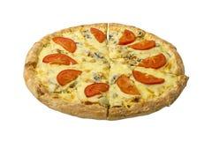 Pizza con el pollo y las setas adornados con queso con los tomates frescos en un fondo blanco Foto de archivo libre de regalías
