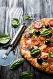 Pizza con el salami, imagen de archivo