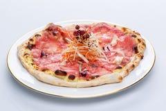 Pizza con el salmón ahumado y las zanahorias, semillas de sésamo, foto de archivo