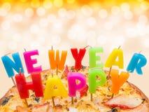 Pizza con Feliz Año Nuevo de las velas Fotografía de archivo libre de regalías