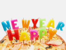 Pizza con Feliz Año Nuevo de las velas coloridas Foto de archivo