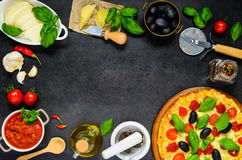 Pizza con formaggio nel telaio dello spazio della copia Fotografia Stock