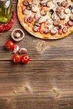 Pizza con gli ingredienti Fotografia Stock Libera da Diritti