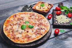 Pizza con i funghi Immagine Stock Libera da Diritti