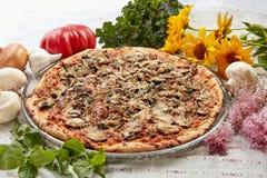 Pizza con i funghi ed il basilico Fotografia Stock