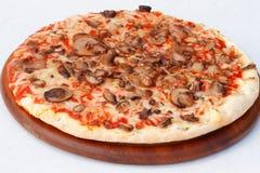 Pizza con i funghi ed il formaggio Fotografie Stock Libere da Diritti