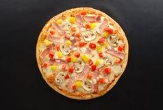 Pizza con i funghi ed il prosciutto Immagini Stock