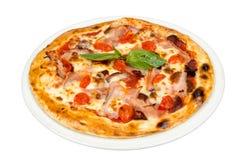 Pizza con i pomodori ciliegia, la carne ed il formaggio Immagini Stock Libere da Diritti