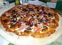 Pizza con i pomodori, formaggio della mozzarella, olive fotografia stock