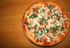 Pizza con i pomodori, i funghi ed il formaggio Fotografia Stock Libera da Diritti