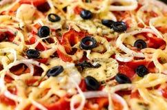 Pizza con i pomodori, il peperone dolce, la cipolla, le olive nere ed il fondo di struttura Superficie di struttura della pizza F Fotografia Stock