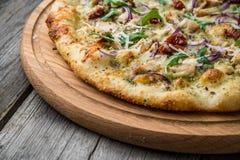 Pizza con i pomodori, il prosciutto di Parma, la rucola ed il parmigiano seccati al sole Fotografie Stock Libere da Diritti