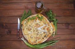 Pizza con il dispositivo della cucina fotografie stock