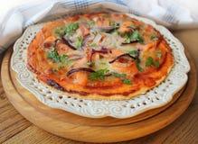Pizza con il formaggio della mozzarella, salmone, cipolla Immagine Stock