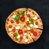 Pizza con il formaggio, il pomodoro ed il basilico della mozzarella fotografia stock libera da diritti