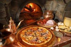 Pizza con il peperone verde o delle cipolle delle olive nere dei funghi Fotografie Stock Libere da Diritti