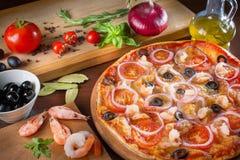 Pizza con il peperone verde o delle cipolle delle olive nere dei funghi Fotografia Stock