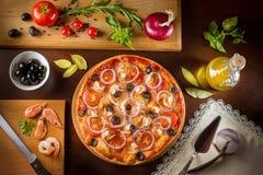 Pizza con il peperone verde o delle cipolle delle olive nere dei funghi Fotografia Stock Libera da Diritti