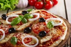 Pizza con il pollo Fotografie Stock Libere da Diritti