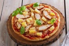 Pizza con il pollo dell'ananas e del formaggio Fotografia Stock Libera da Diritti