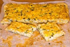 Pizza con il pollo e sottaceti su un Libro Bianco Alimento casalingo immagini stock