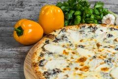 Pizza con il pollo ed i funghi con i rosmarini e le spezie fotografia stock libera da diritti