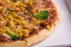 Pizza con il pollo, il mais, i broccoli ed il formaggio in scatola Fotografia Stock