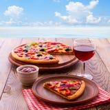 Pizza con il pomodoro, il salame e le olive Fotografia Stock
