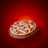 Pizza con il pomodoro, il salame e le olive Fotografie Stock