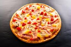 Pizza con il prosciutto Immagini Stock