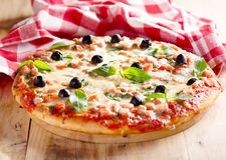 Pizza con il prosciutto e le olive Fotografia Stock Libera da Diritti
