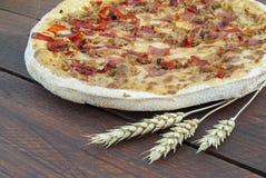 Pizza con il prosciutto ed il pepe Fotografia Stock