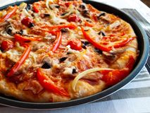 Pizza con il prosciutto, il formaggio ed i funghi immagini stock libere da diritti