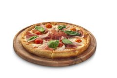 Pizza con il prosciutto, i pomodori e le erbe sul bordo di gesso Fotografie Stock Libere da Diritti