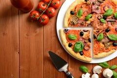 Pizza con il prosciutto, le olive ed i funghi Immagini Stock Libere da Diritti
