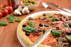Pizza con il prosciutto, le olive ed i funghi Immagine Stock Libera da Diritti