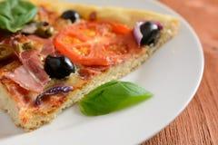 Pizza con il prosciutto, le olive ed i funghi Fotografie Stock Libere da Diritti